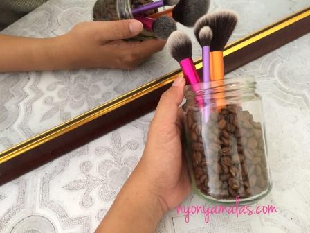 menghias-make-up-brush-holder-dengan-biji-kopi